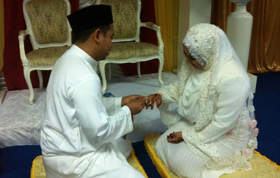 broframestone sarung cincin kahwin ke jari isteri