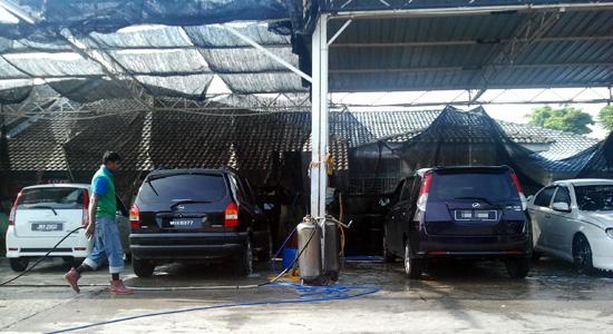 Cuci kereta di H & H Car Wash Service