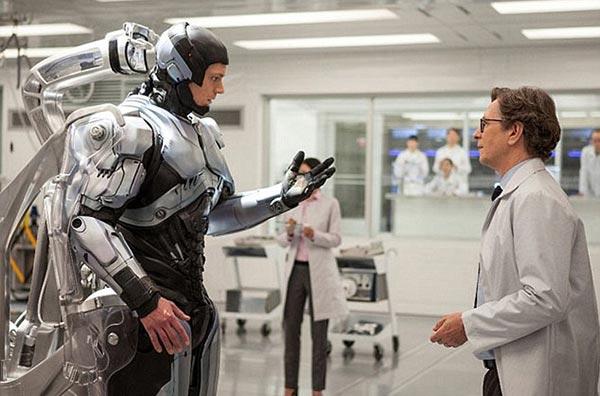 RoboCop 2014 - Alex Murphy bersama Dr. Dennet