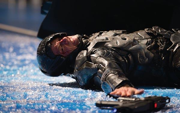 RoboCop cedera berlawan dengan musuh