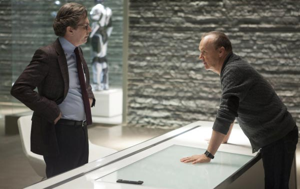 CEO OmniCorp dan Dr. Dennet dalam RoboCop 2014