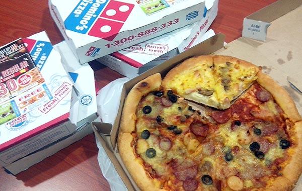 cabaran makan pizza domino