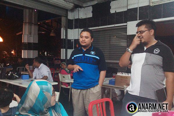Khairul, pengurus Burger Bakar Abang Burn cawangan Shah Alam dan Wan Mus Sifu Adwords