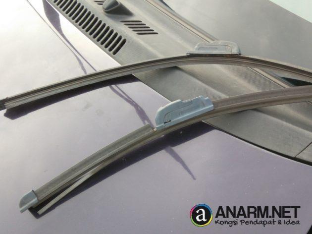 Wiper cermin kereta Alza rosak