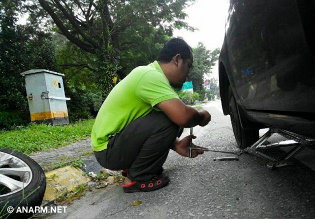 Tukar tayar kereta pecah