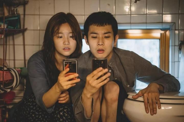 Ki-jung (Park So-dam) dan Ki-woo (Choi Woo-shik) guna wifi percuma